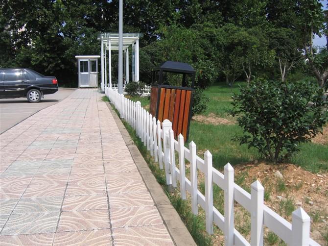 供应PVC塑钢草坪护栏图片