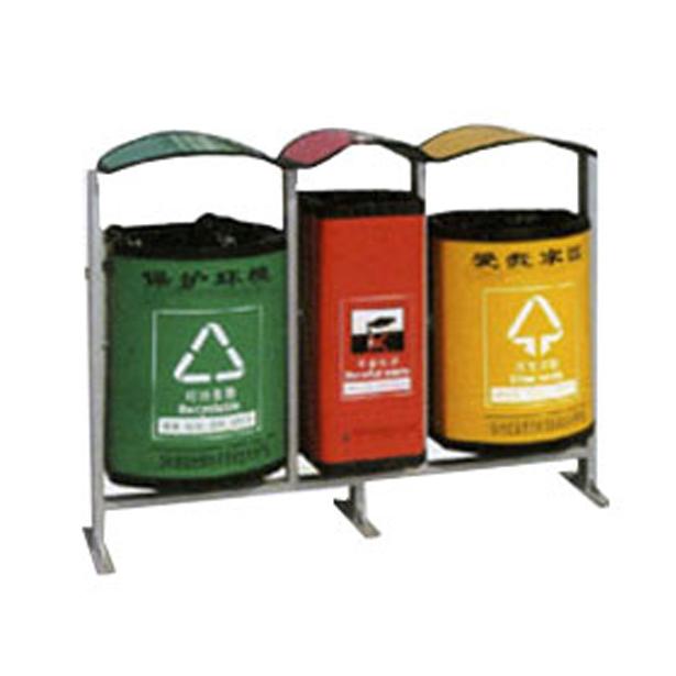 P-H102三分类垃圾桶 尺寸:L900*W420*H900MM 供应P-H102三分类垃圾桶 不锈钢垃圾箱 邢台分类垃圾箱 果皮箱采用国内最好1.0MM不锈钢板,经过压形、模具冲压、冲孔、抛光、焊接、成形等完成的垃圾桶,采用0.5MM镀锌铁做内桶,看起来不但高档、豪华、结实、实用、使用时间长还有利于环保。 【适用场地】:广泛适用于酒店、酒楼、会所、KTV、工厂、学校、写字楼、办公楼、医院、商场、广场、机场、火车站、客运站、车站等区域使用。