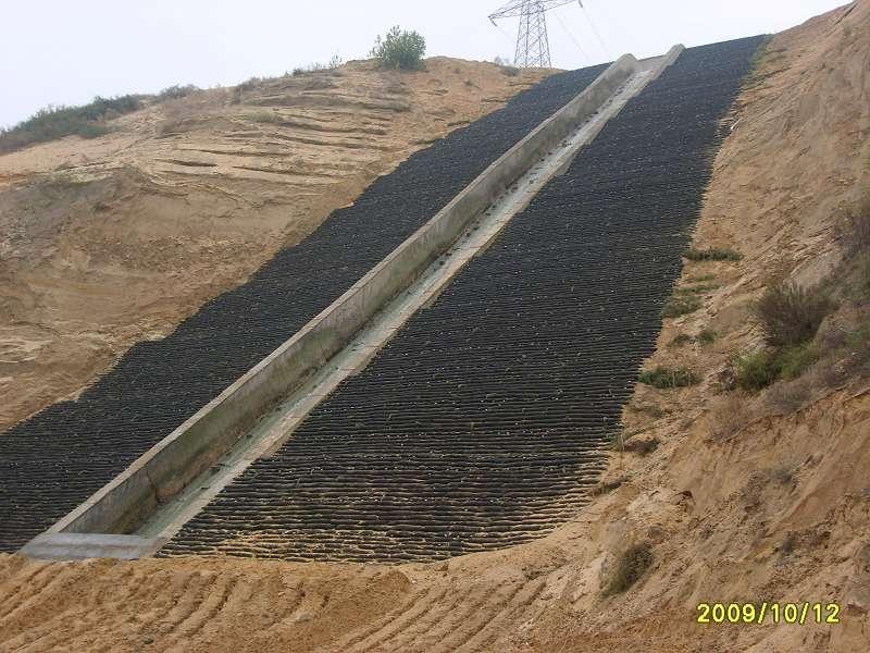 生态袋柔性边坡防护工程复绿技术 一、生态袋概述: 生态袋是主要采用由进口材料聚丙烯及一系列辅料复合材料制成;耐腐蚀性强;抗紫外线;不降解;其具有透水不透土的功能,既能防止袋内填充物(土壤及营养材料混合物)流失,又能实现水分在土壤中的正常交流,植物生长所需的水分得到了有效的保持和及时的补充,对植物友善,植物能通过袋体自由生长。根系进入工程基础土壤中,形成袋体与主体坡面间的再次稳固作用,时间越长,越加牢固,更进一步实现了建造稳定性永久边坡的目的,大大降低了边坡防护的维护费用。 在充分考虑材料力学、水利学、生物