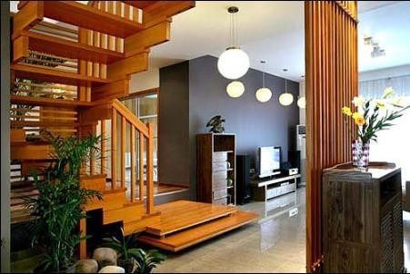 如果是夹层屋设计,客厅应位于下层.