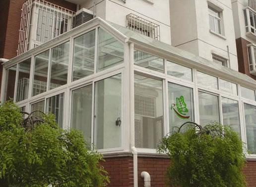 搭建在复式楼的露台,一楼的私人花园,楼宇的顶层,私人别墅等地。 它的顶部传统工艺多为玻璃,(而后期兴起的第二代保温隔热阳光屋及第三代断桥阳光屋目前陆续上市:顶部材料变更后,很好的解决了玻璃顶阳光屋夏天过热的问题), 建筑立面为塑钢或铝合金门窗。由于房间要采光通风,而且要有很好的密封效果.