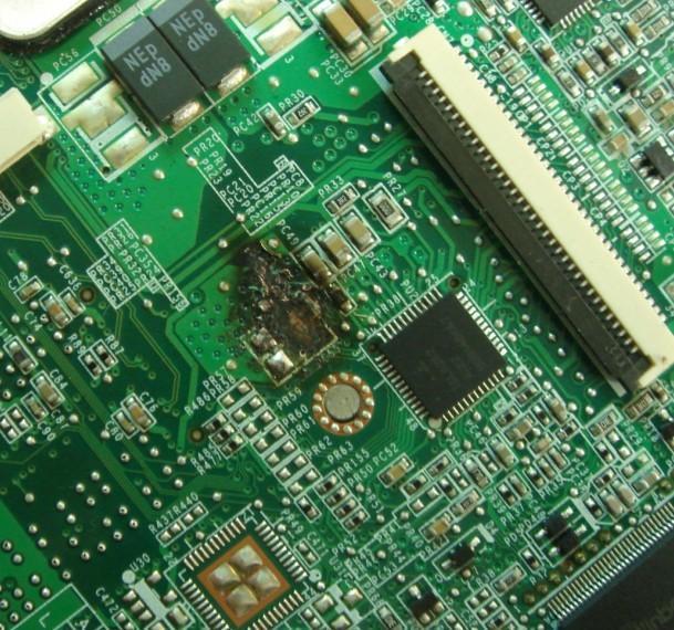 笔记本内部的精密电子电路对于此类的集成电路瞬间击穿造成笔记本不开