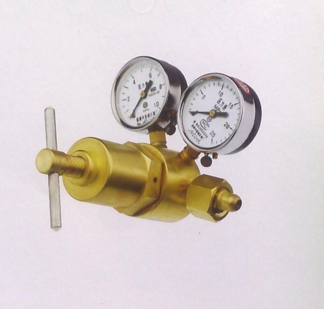 591系列减压器专为高输出压力的需求而设计。 在进口压力保证的情况下,减压器的最大输出压力可达30mpa 。此种减压器采用活塞式输出结构,输出平稳、安全可靠。使用于手工业制造和实验室等多种场合。 结构特点 活塞式减压结构 上盖和母体采用优质锻造铜制造 优质压力表 进气管带烧结青铜过滤网 上盖内部衬套采用特殊的塑胶材料使调压更加平稳顺畅 591x-750 氧气 20 0.
